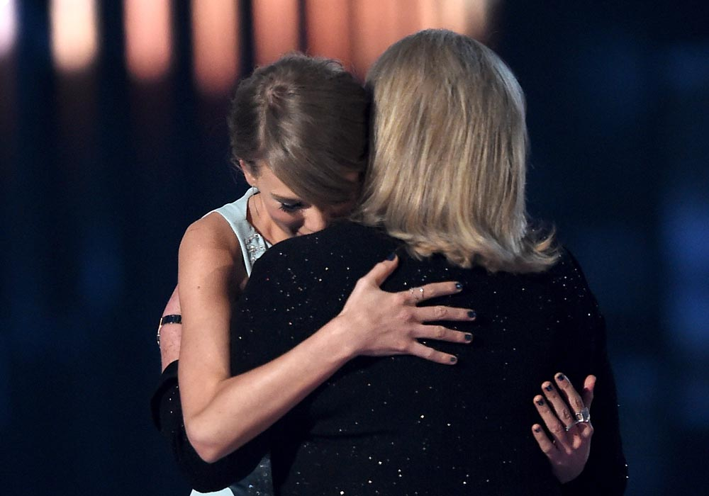 taylor swift mother andrea acm awards